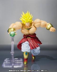Figurine Broly qui lance une attaque